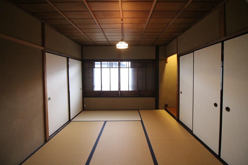 北側の和室には両面に収納あり