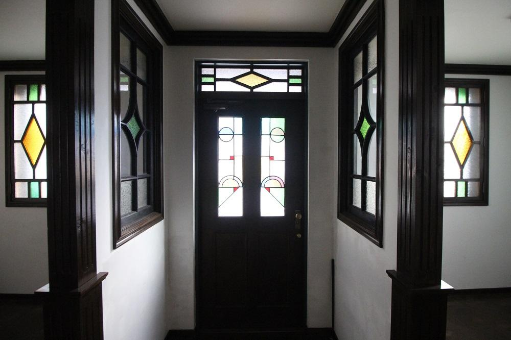 内側からの玄関。ステンドグラス満載です。