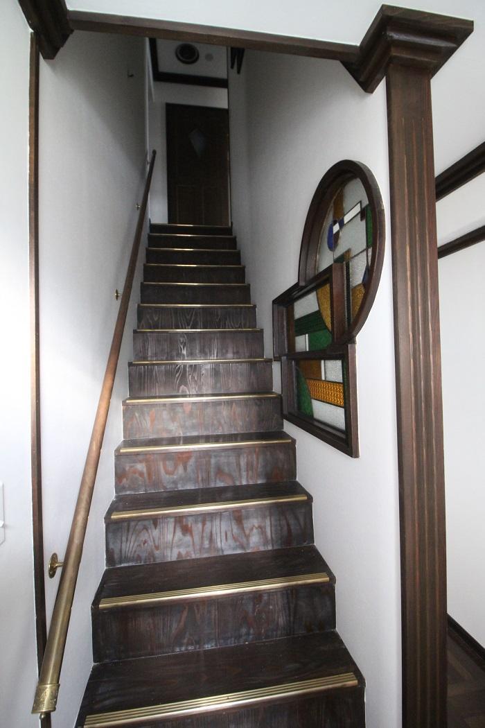 2階から3階への階段。ミシッミシッって洋館っぽく。