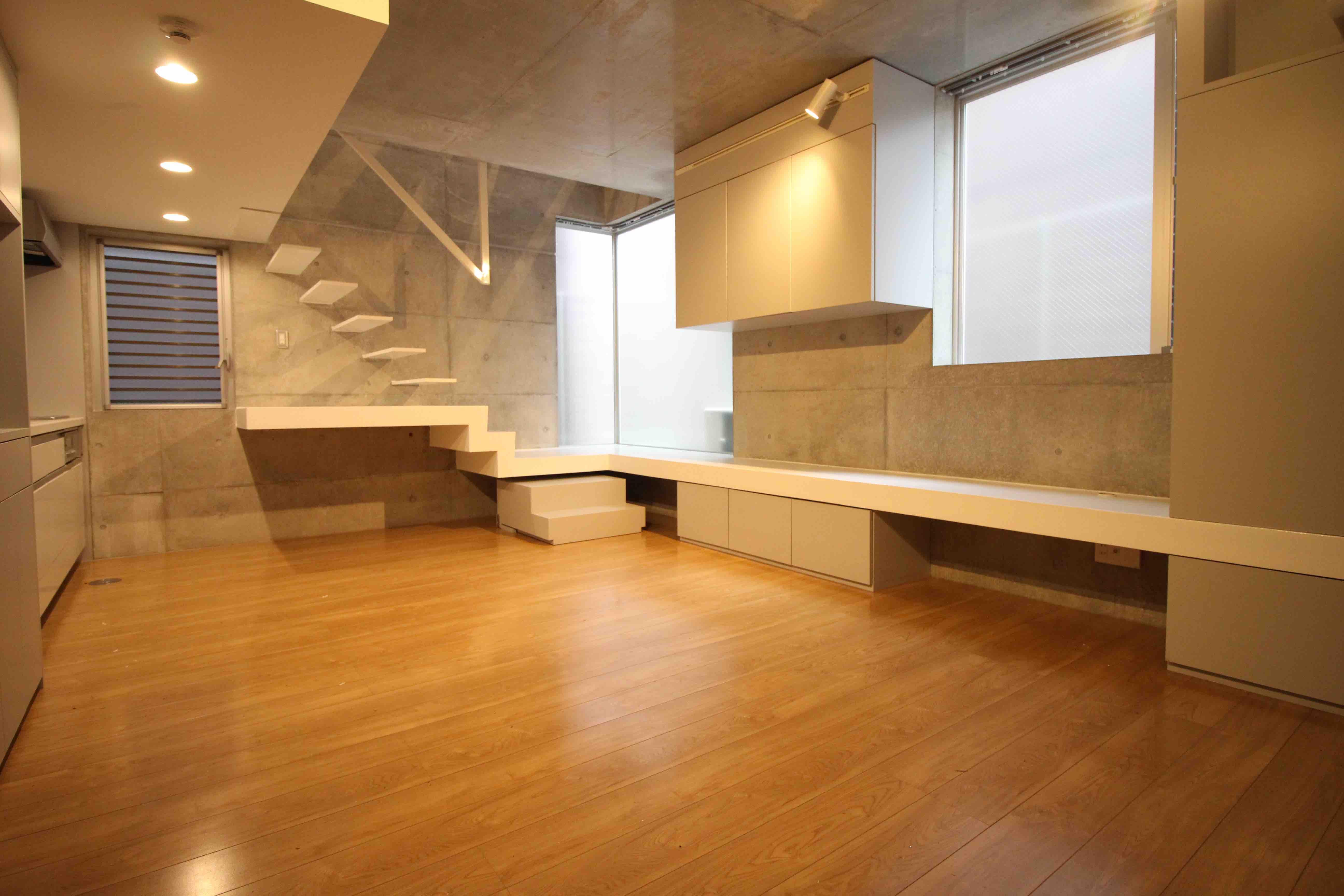1階、キッチンダイニングスペースにどうぞ。