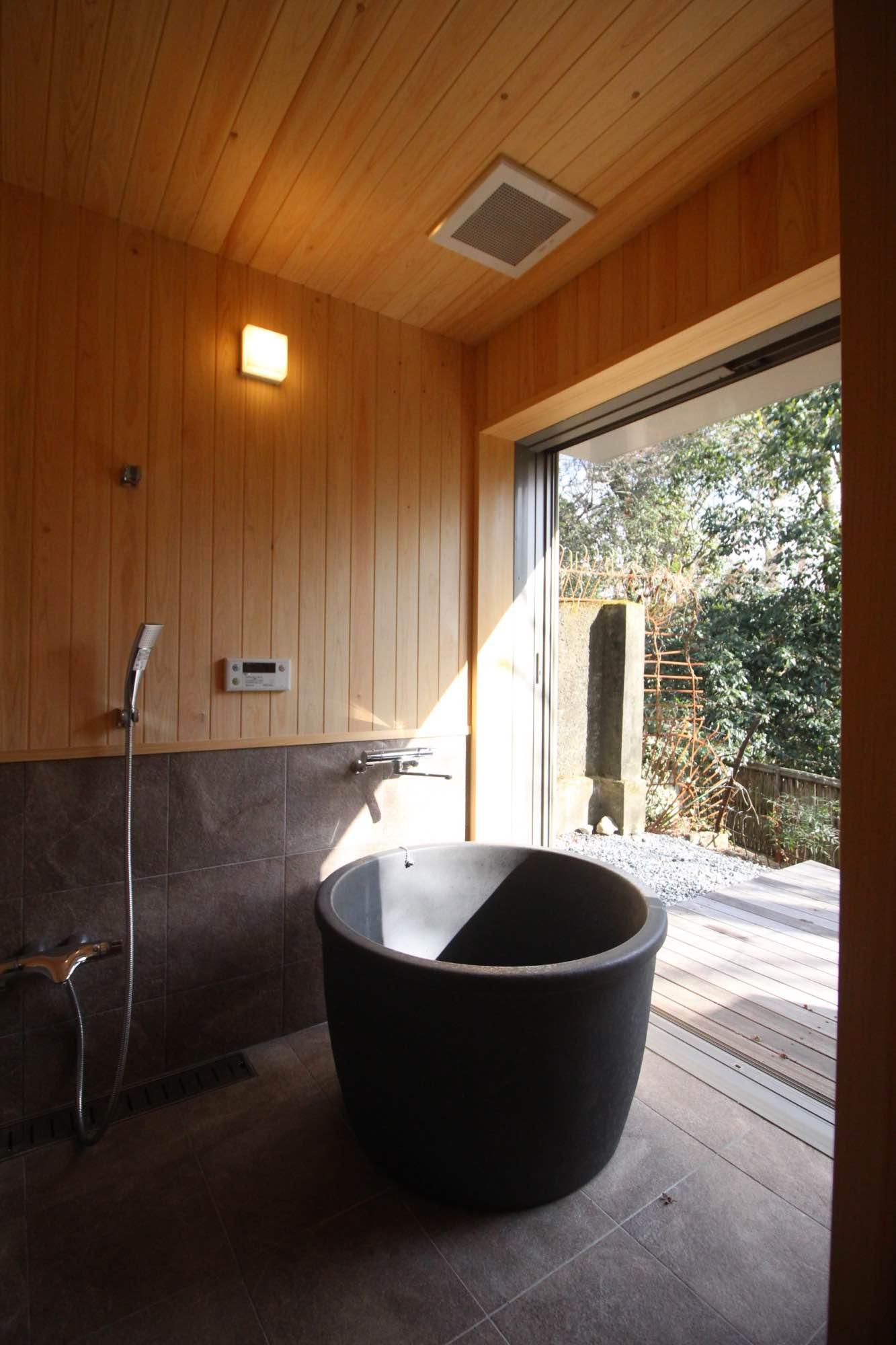 信楽焼の半露天風呂。