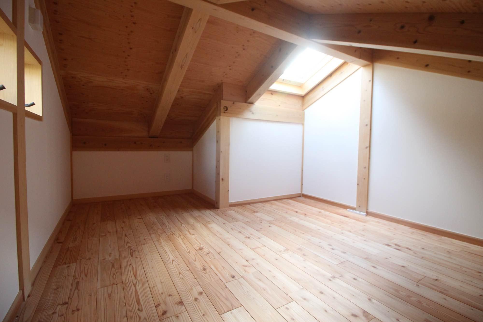 勾配天井になっています。