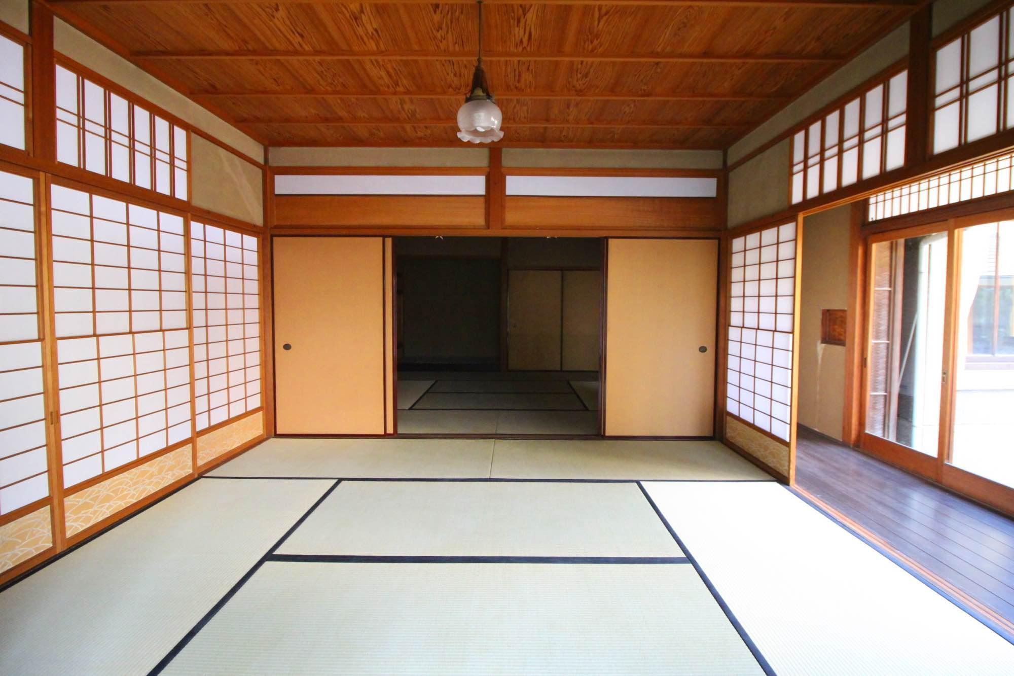 畳敷の大広間、障子の桟の細さなど、和風建築の様式美が詰まっています。
