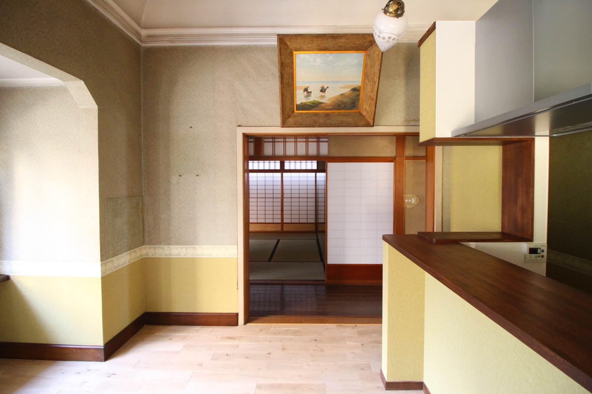 和風建築とキッチンダイニングがこのように繋がっています。