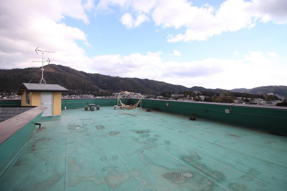 ぐるりと東山が見渡せるだだっ広い共用屋上。