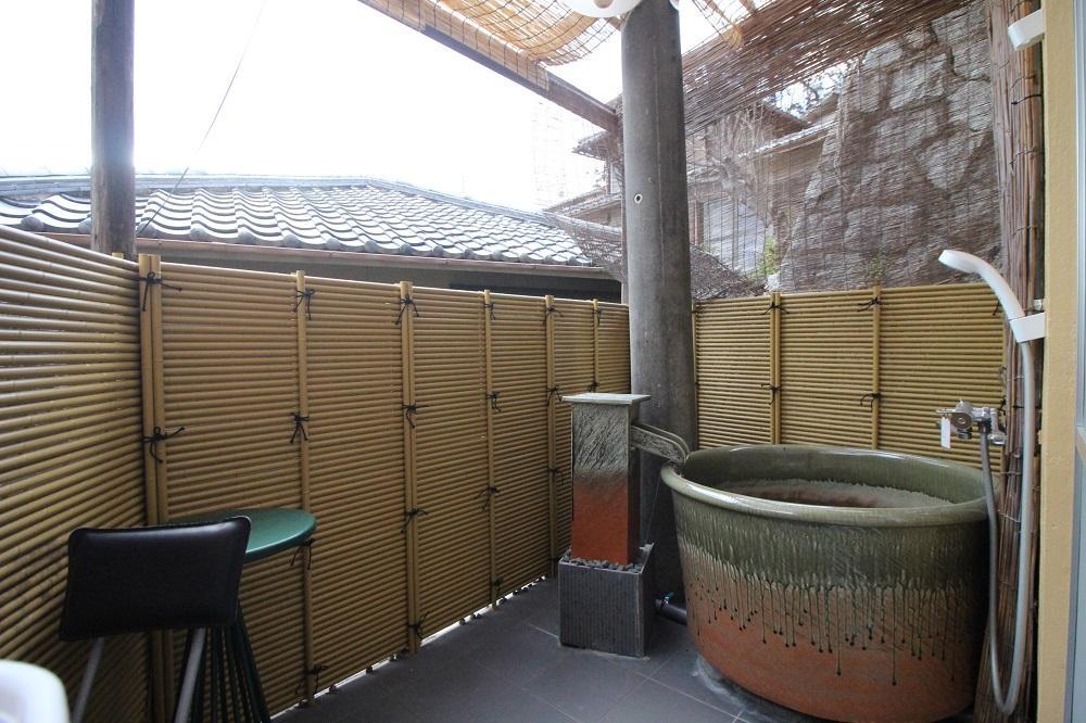 これが電信柱付き露天風呂。照明もあります。