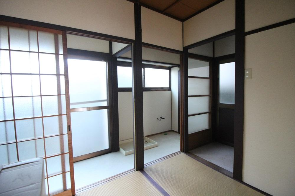 右が浴室、窓が多い