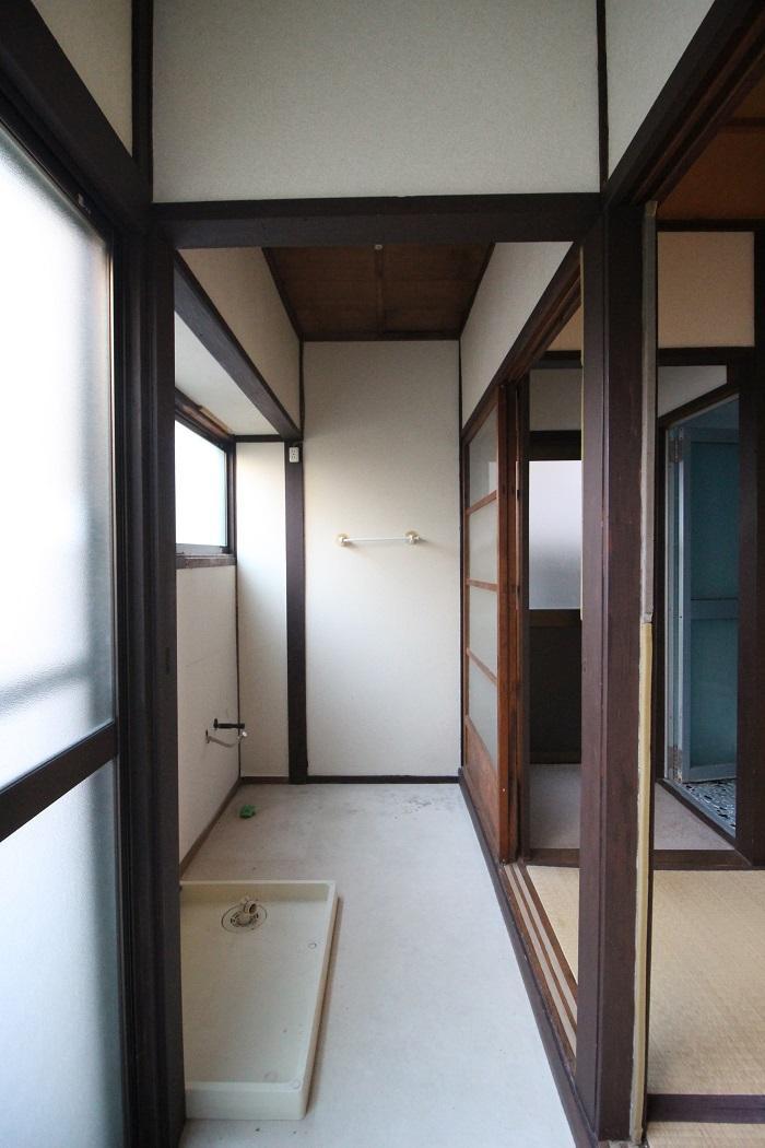 奥のスペースに洗面台が設置されます