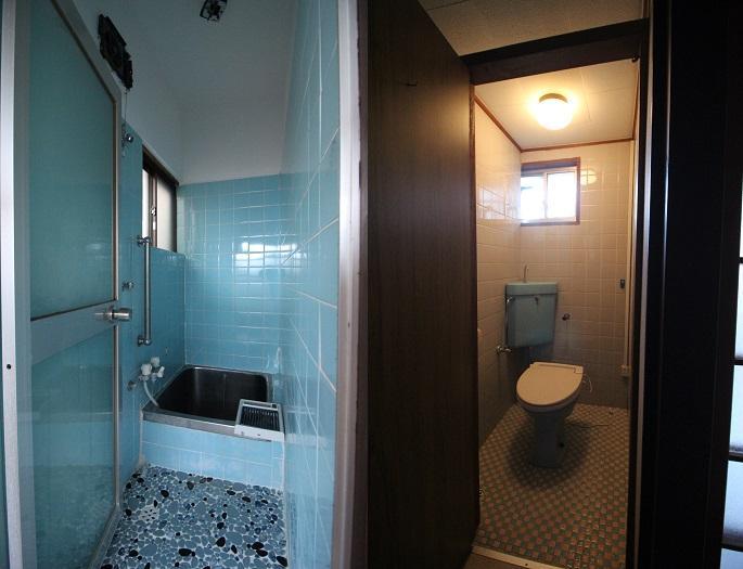 タイル張りの浴室とトイレ。それぞれ窓があり換気用に嬉しい。