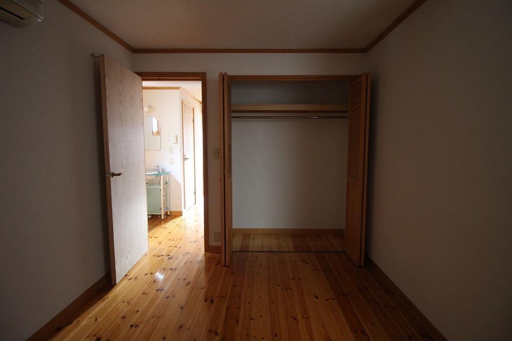 この部屋の収納はもう一か所あります。