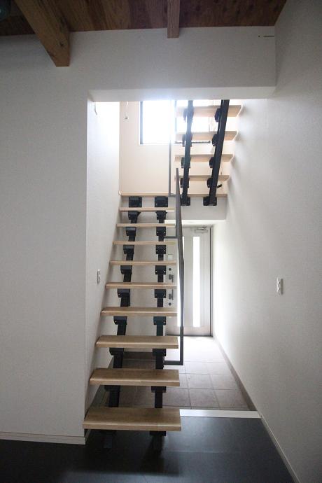 木とアイアンのストリップ階段です