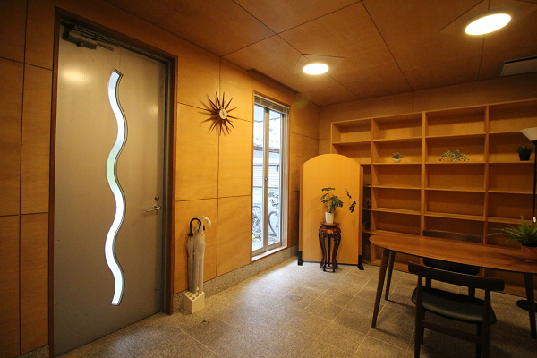 玄関ホールは共有で、一部(9.6㎡)は専有スペースです。