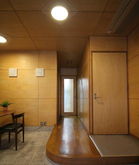 奥の扉が事務所入り口です。