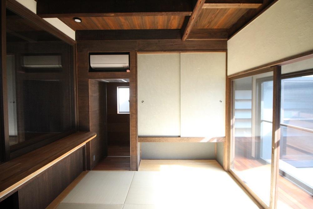 左奥が細長の寝室、右奥に書斎