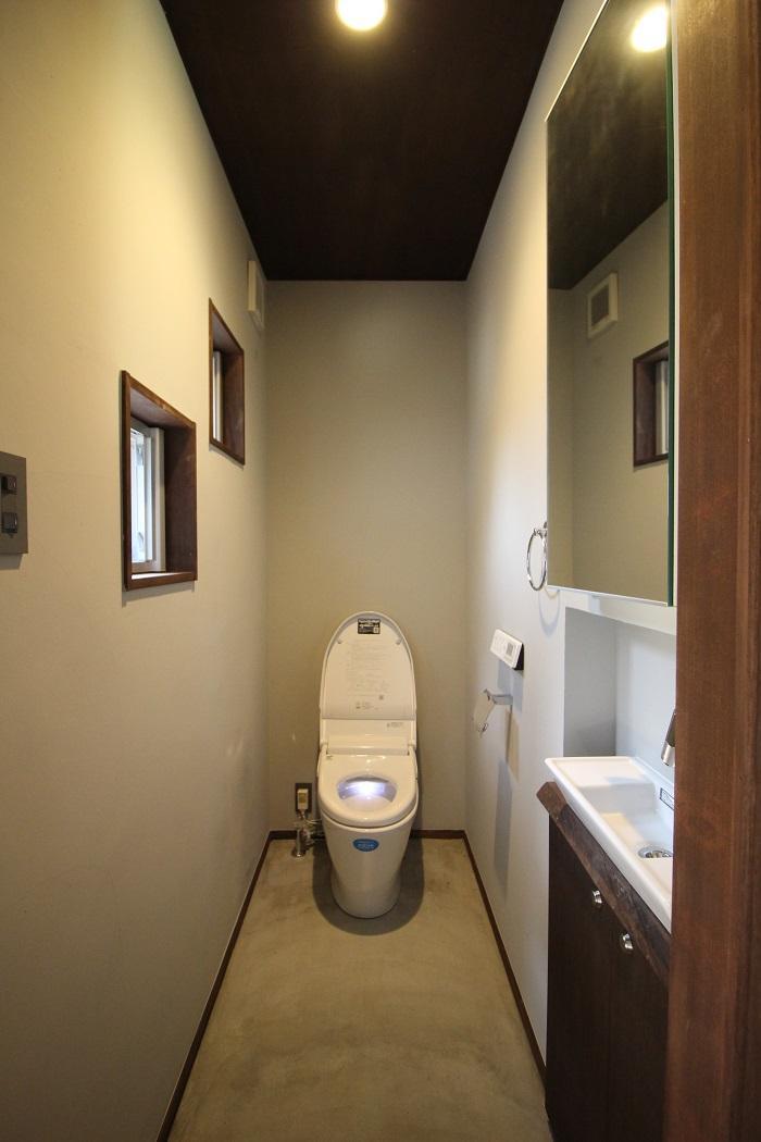 1階の奥に長いトイレ。