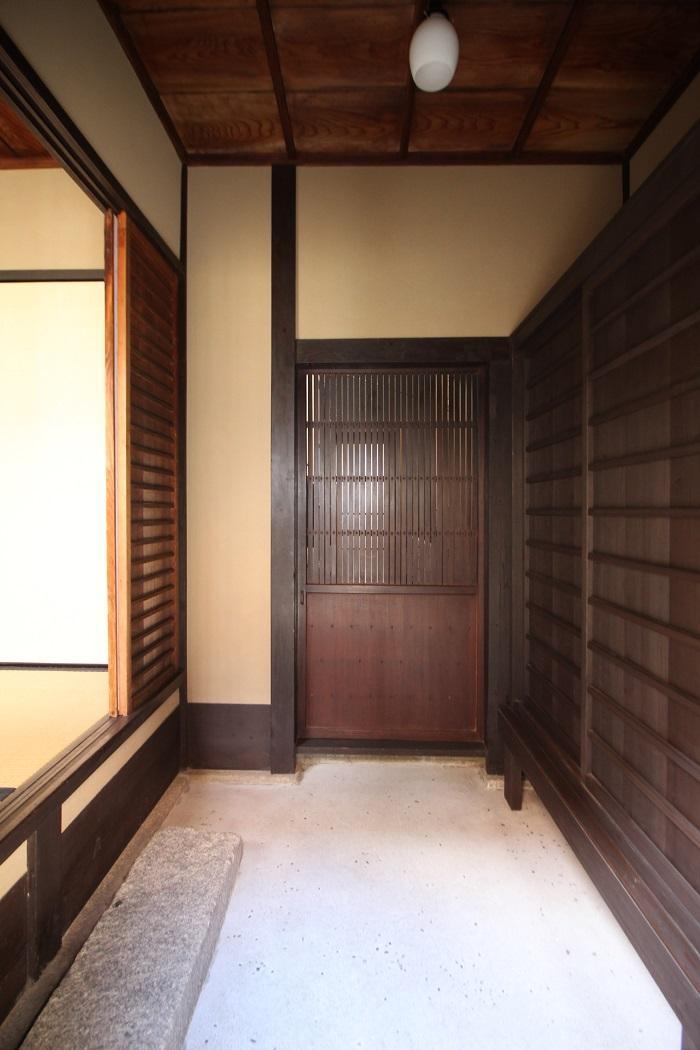 玄関土間。まっすぐ進むと台所。