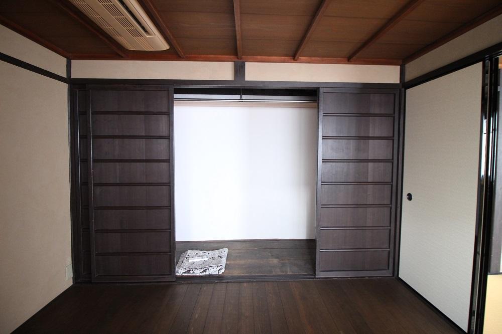 大きい収納スペース。内部も漆喰塗。