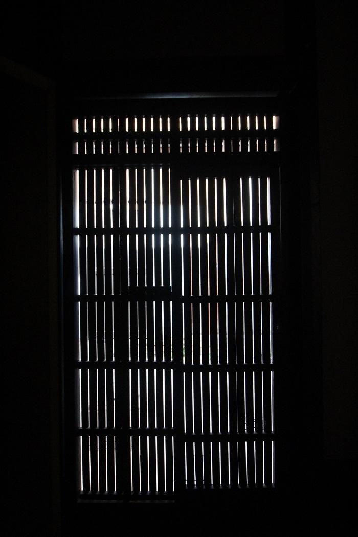 玄関の内側から。ガラスは無いので風はバッチリ入ります。