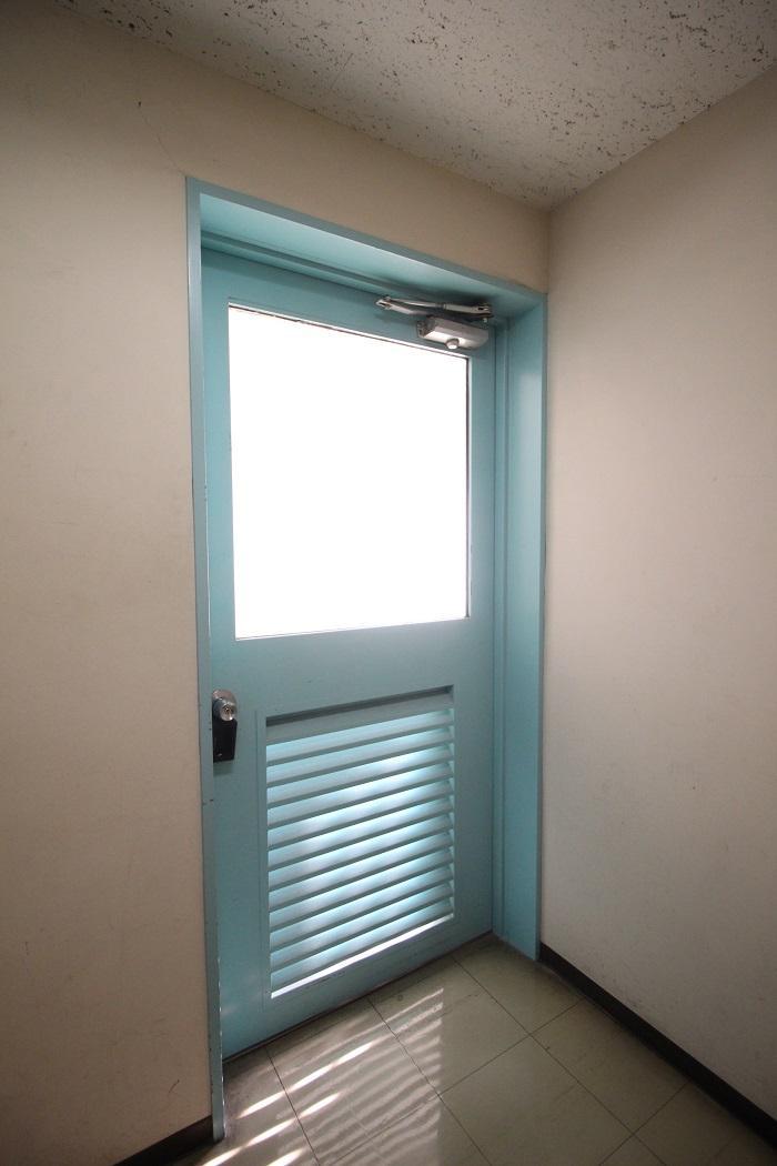 一日が始まる爽やかカラーのドア