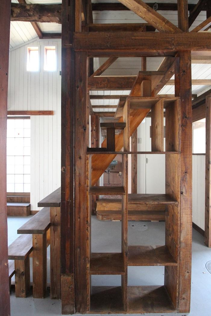 階段下のスペースを活かし造作された棚