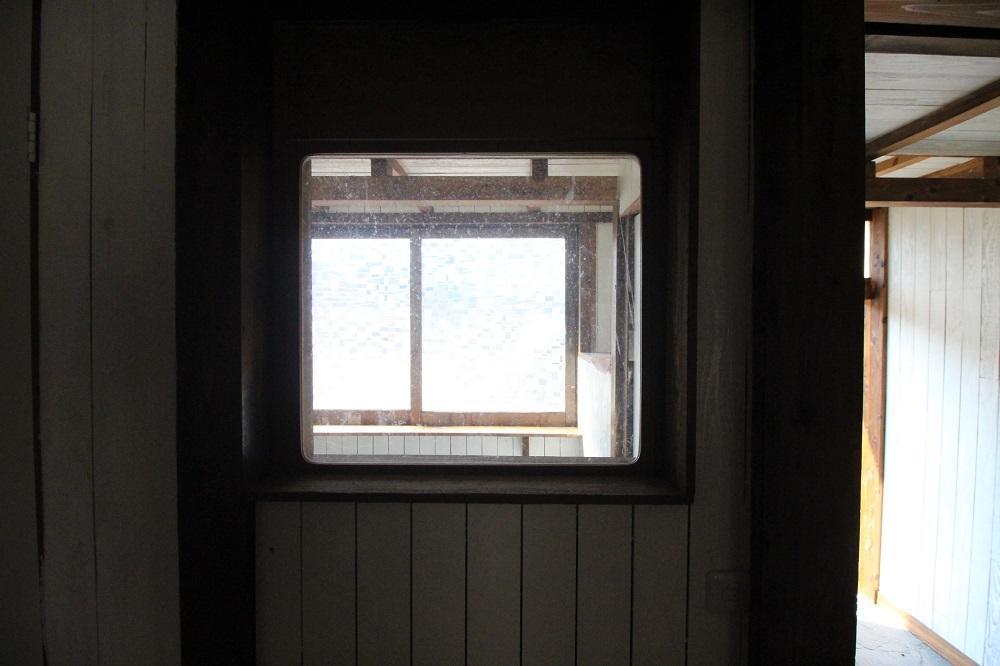 南側のスペースがのぞける窓
