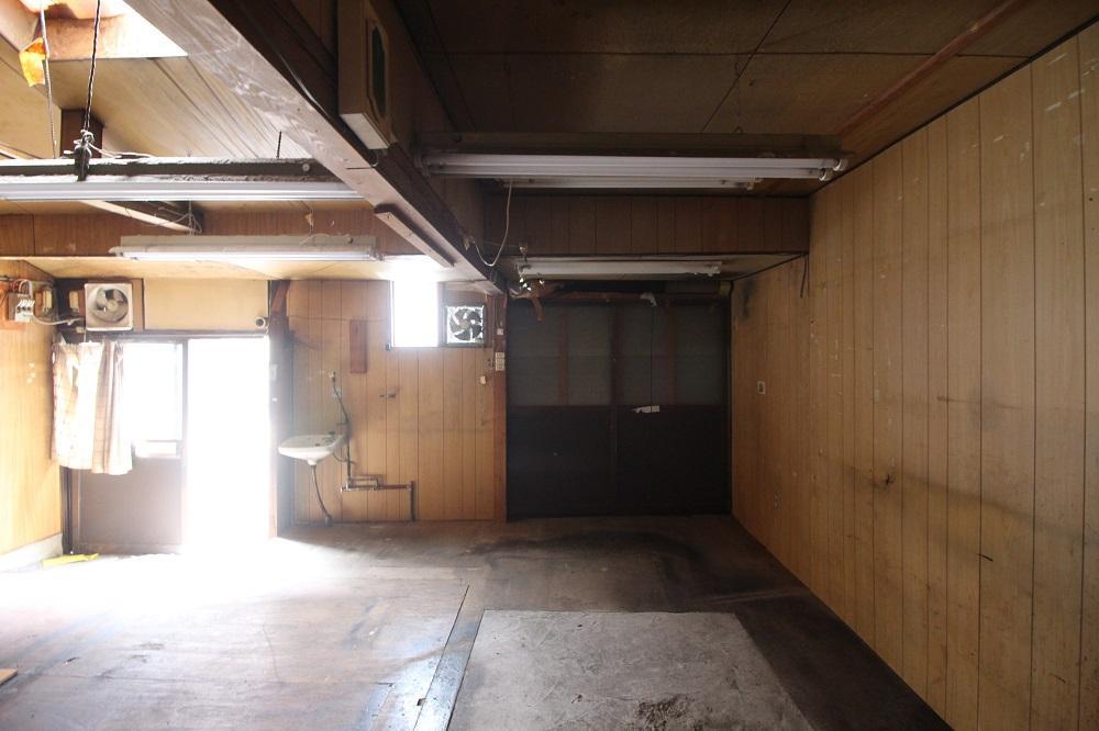 右側の引き戸は外壁で蓋されてます