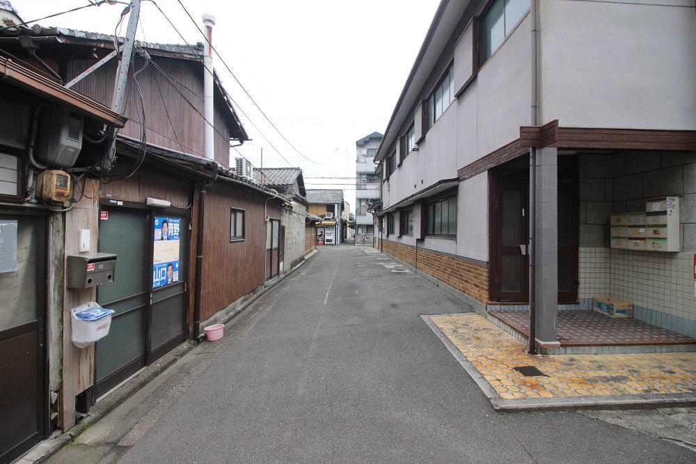 前面道路。右側のアパートがいい感じ。
