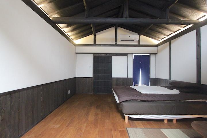 天井両サイドに照明が付いてます。