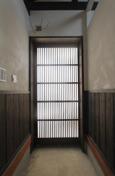 玄関は格子。