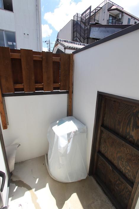 庭に洗濯機置き場があります。