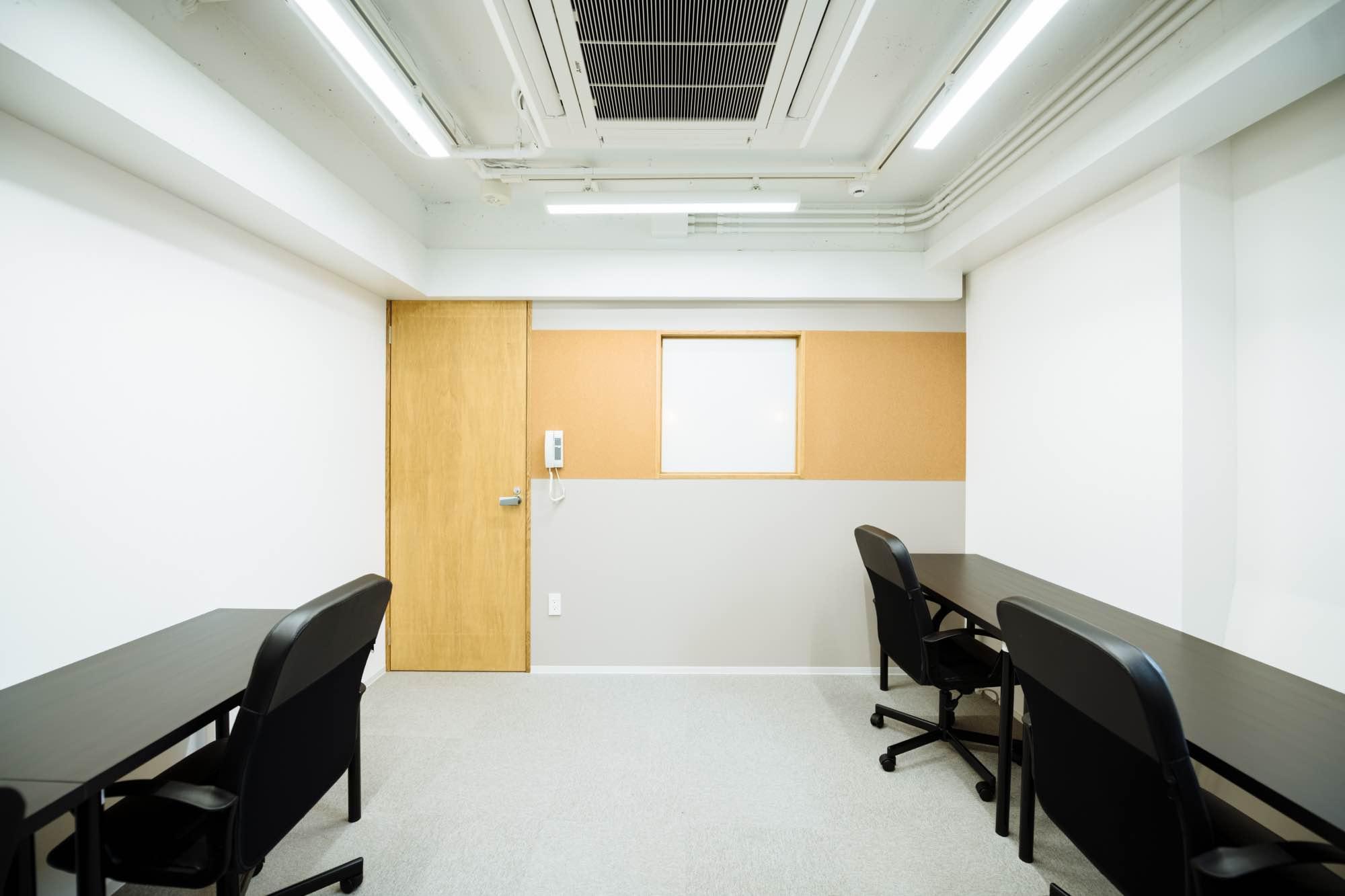 壁面にはコルクボードの壁紙が。