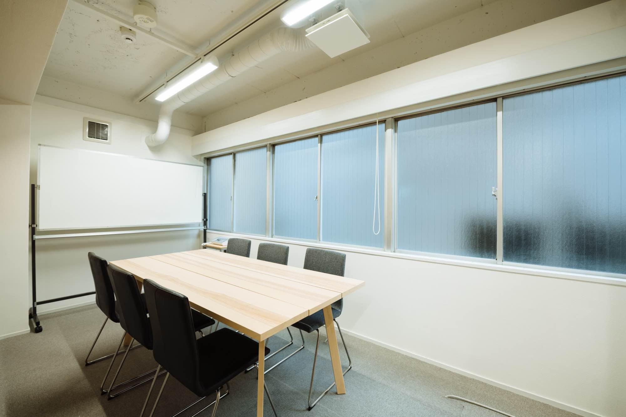 こちらが会議室(小)です。