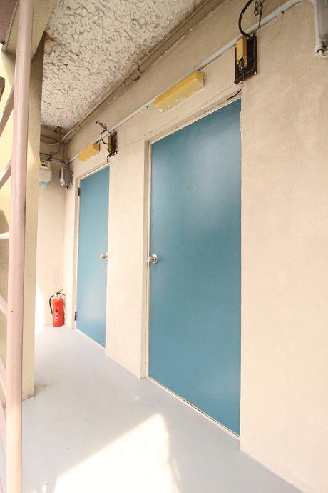 玄関もレトロな色使い。
