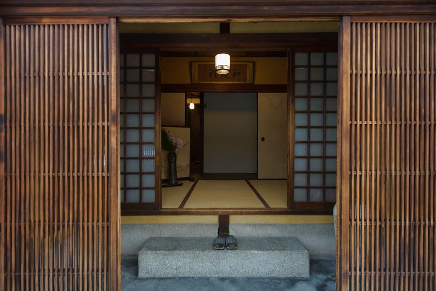 背筋の伸びるこの玄関から始まります