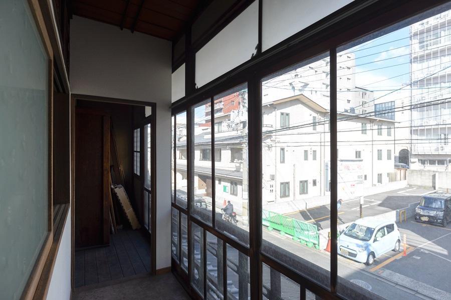 通りに面する母屋の2階