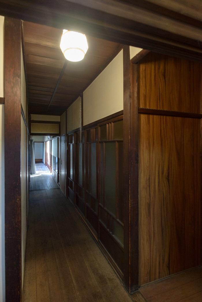 離れに続く廊下。広くて迷います。
