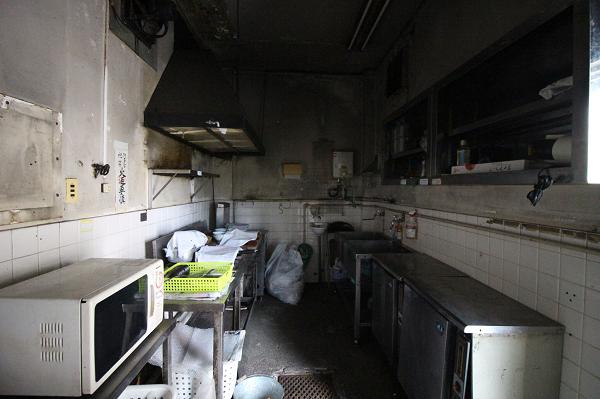 入り口のシャッターと繋がる厨房