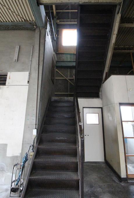 トイレは階段の下です