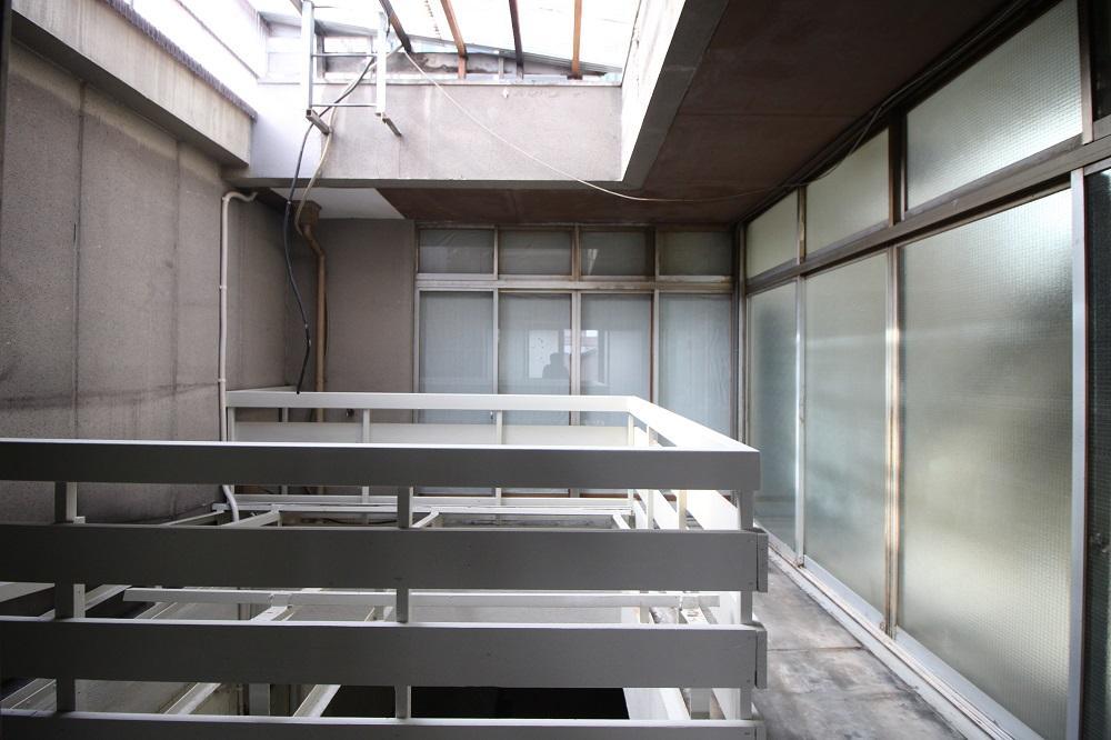 現状は正面が和室で右が階段