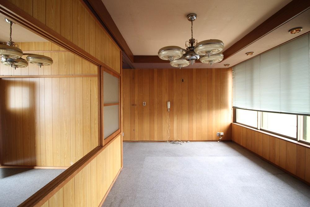 レトロな照明器具の残る3階の南側