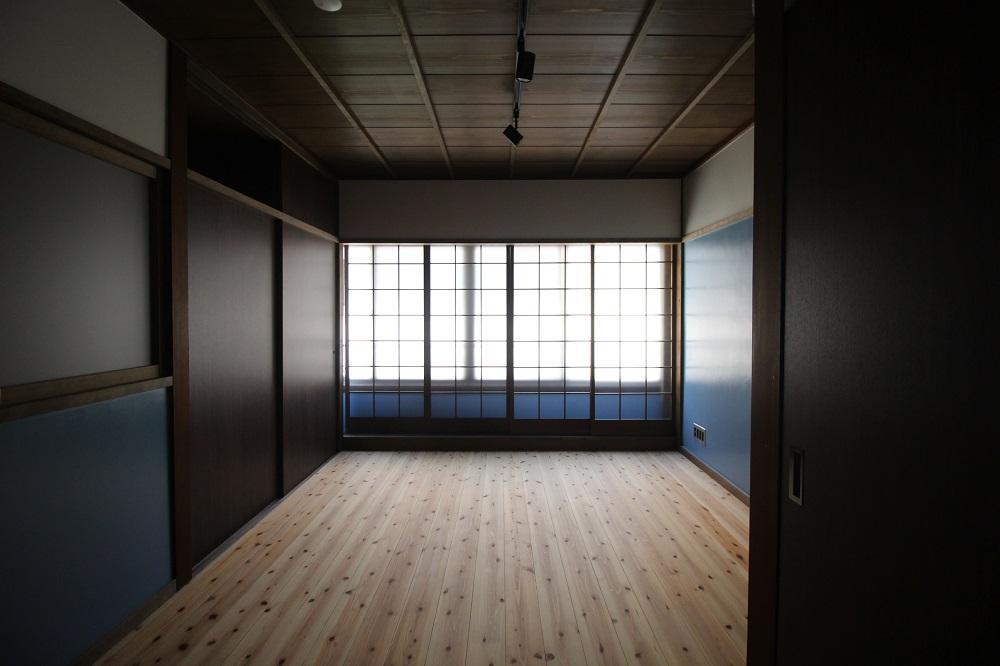 内側の建具はすりガラスで陽射しがやんわり広がります