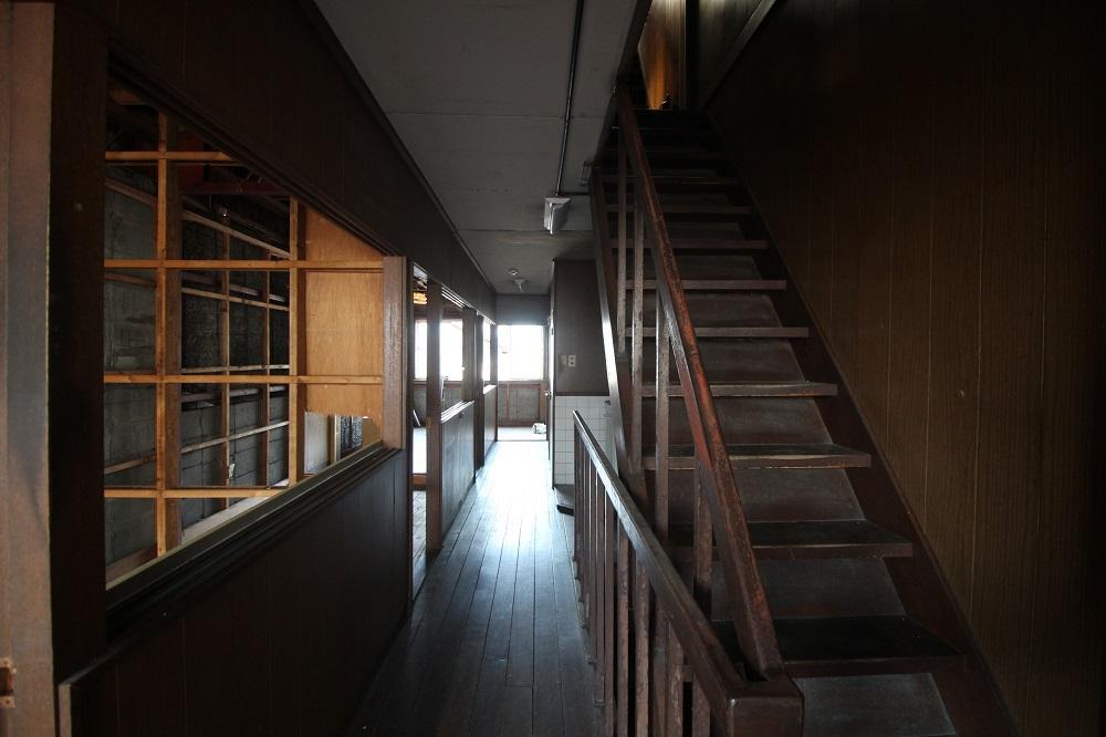 共有廊下で上階は居住スペース