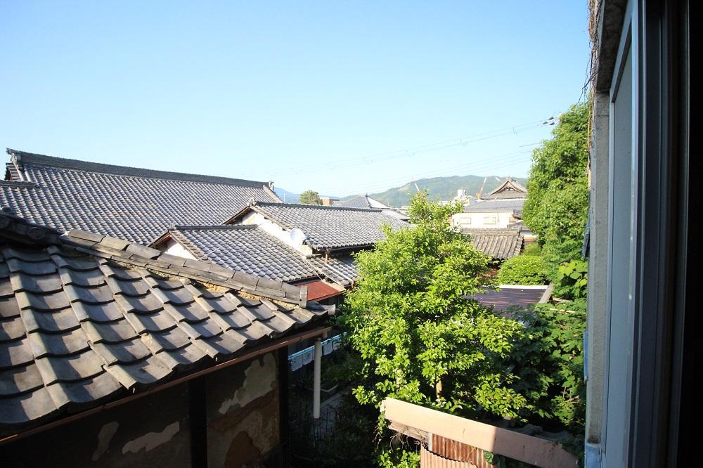 北側の眺望。立派な屋根が連なります