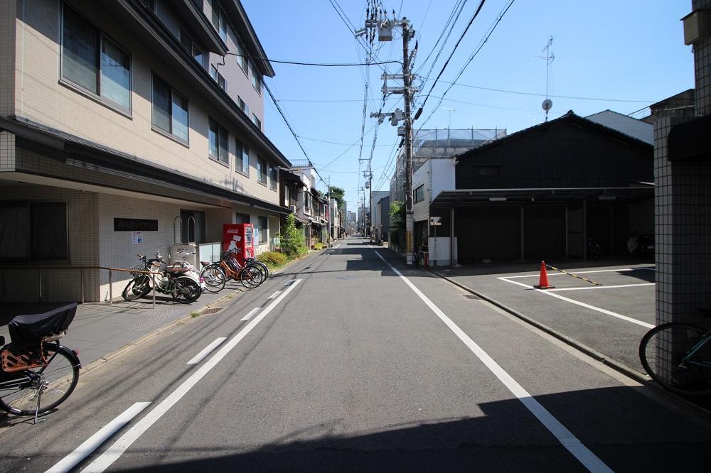 前面の小川通、隣は老人ホーム