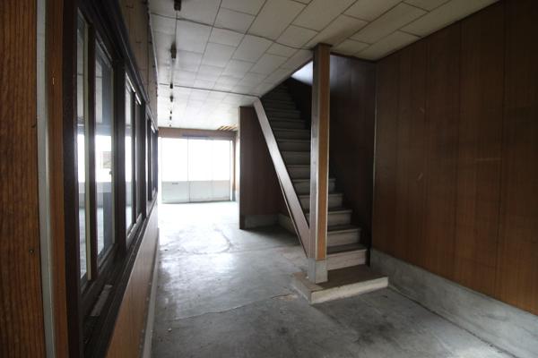 昔ながらの角度のある階段です