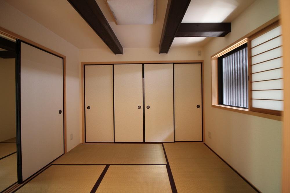 表側の和室、梁が見えてます