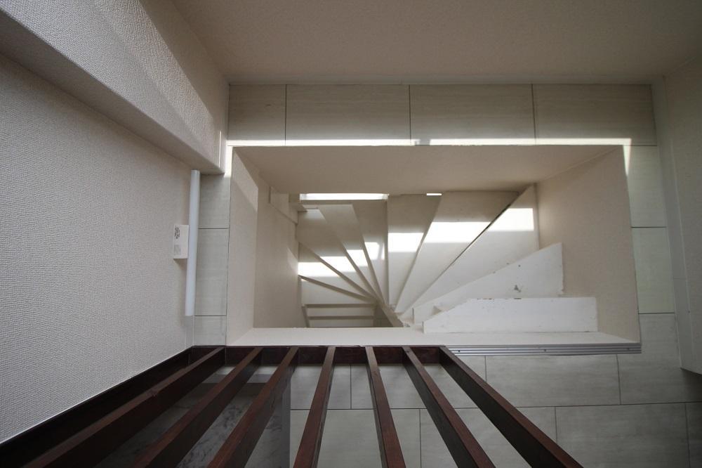 居室へはくるくるっとこの階段を下ります