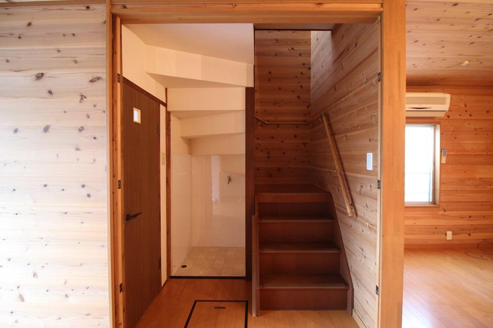階段の左側に洗濯機が置けます