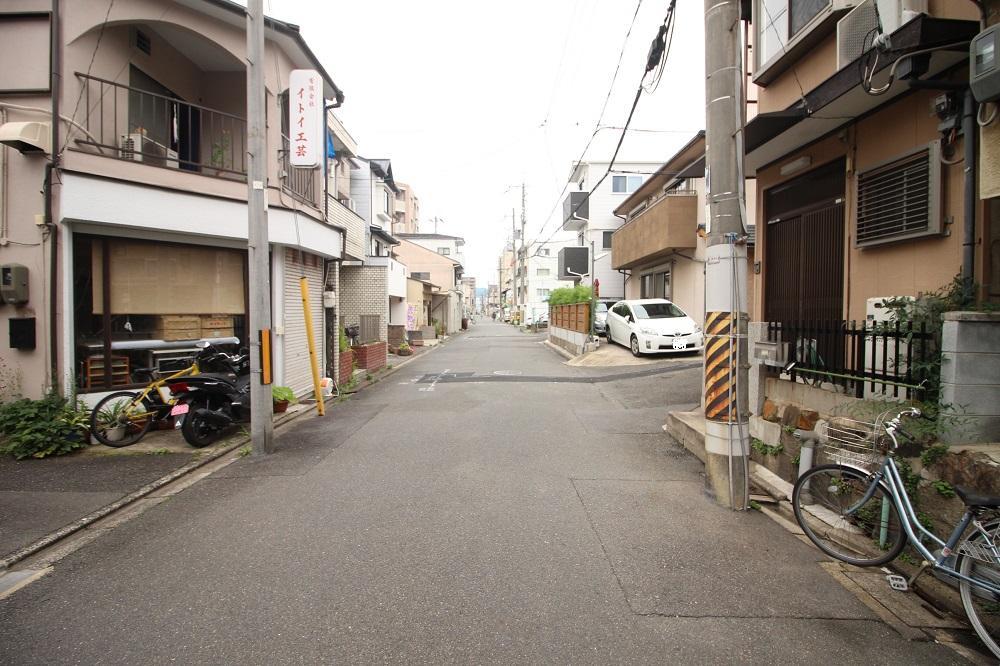 住宅や共同住宅の並ぶ静かな前面道路