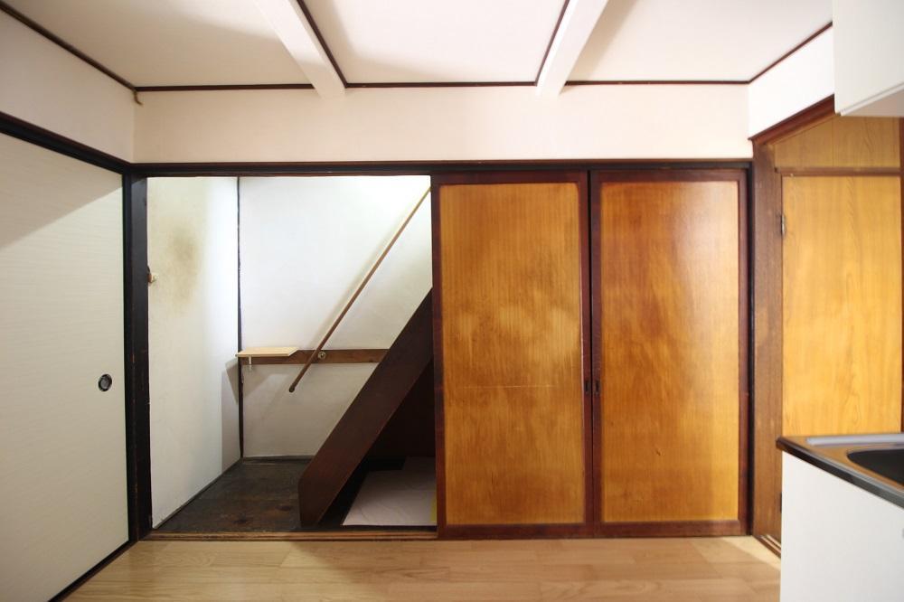 シンプルで艶のある建具、階段下は収納です